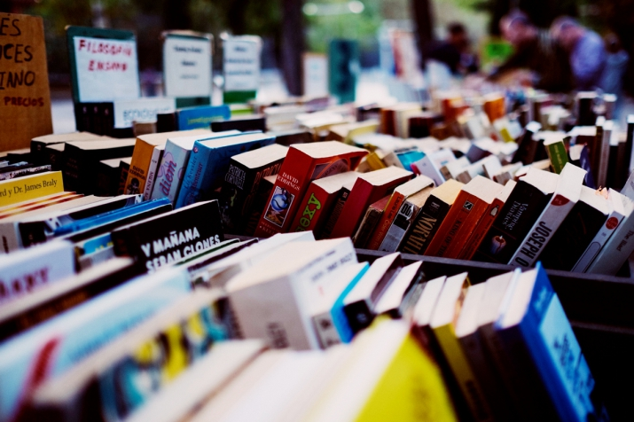 stoisko pełne książek